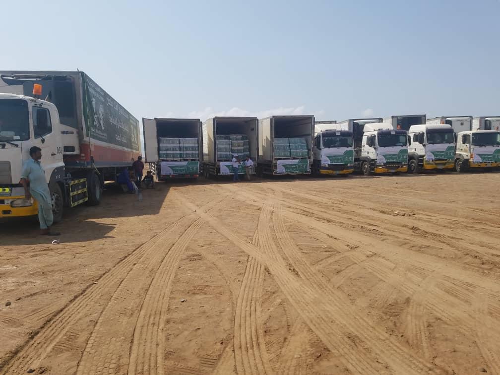 مركز الملك سلمان يوزع (٣٠٠٠)سلة غذائية للنازحين في مناطق الساحل الغربي